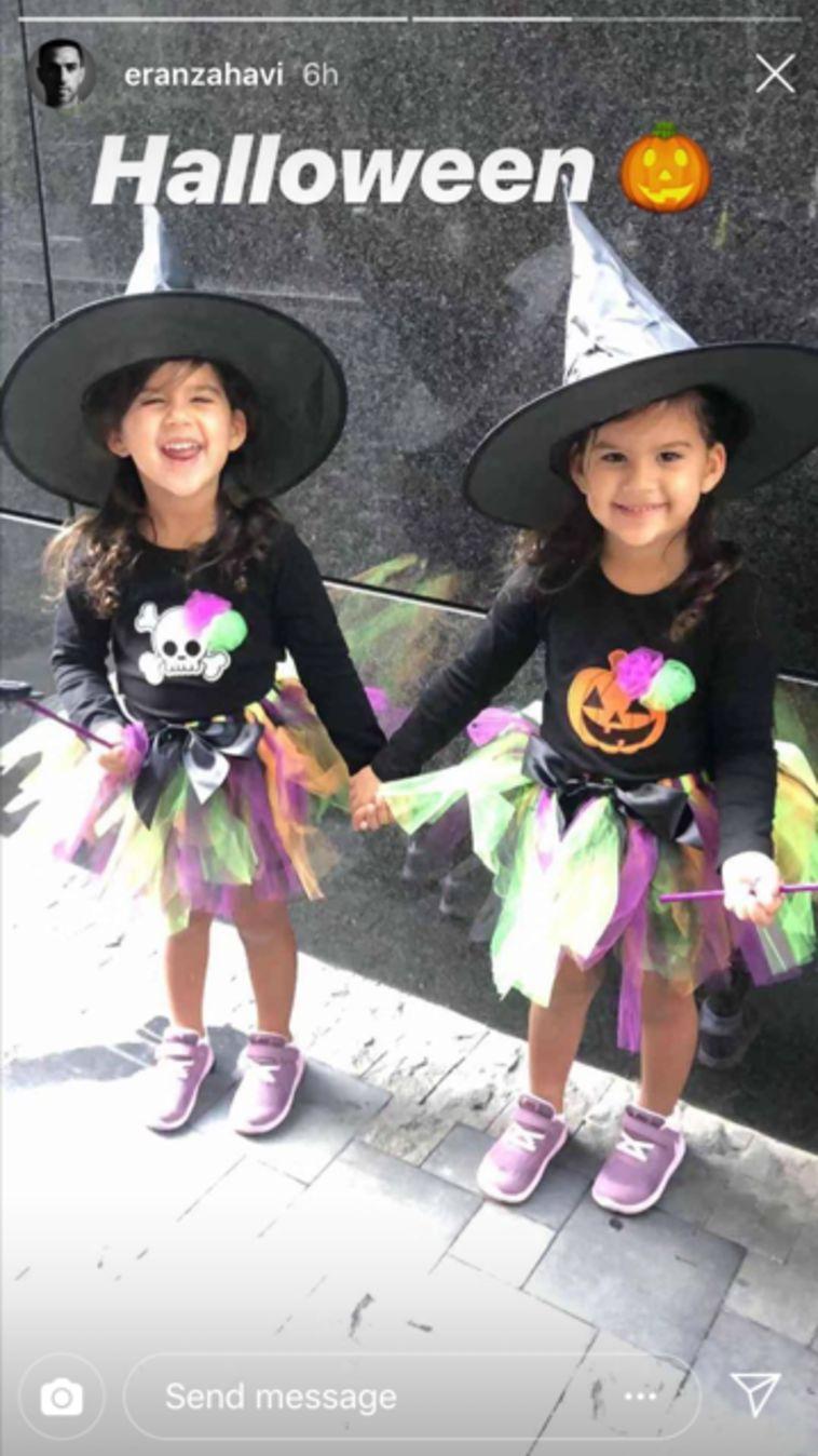 גם התאומות המתוקות דור וגיל מחופשות בהתאמה למכשפות בדרך למסיבת החג בגן.