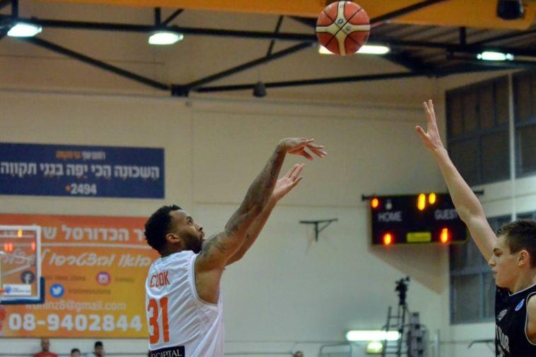 דקוואן קוק. 2 נקודות כולל שש שלשות (FIBA)