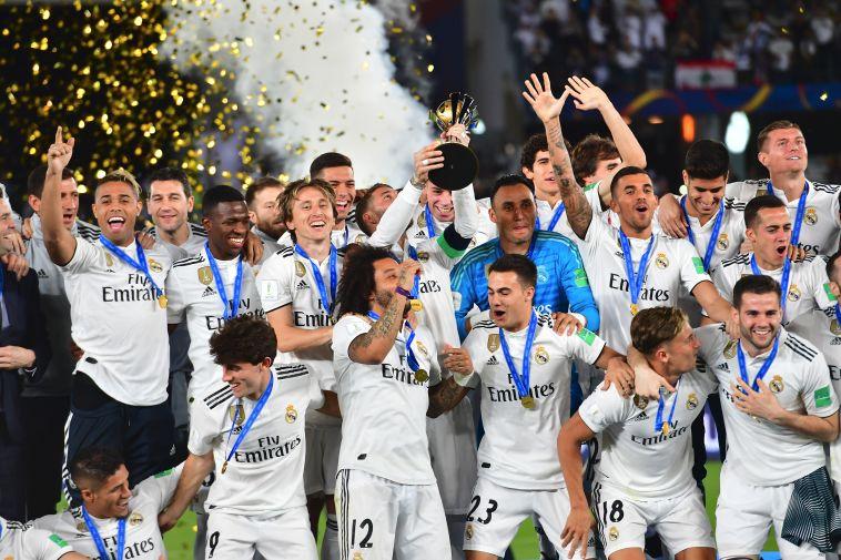שחקני ריאל מדריד מניפים את גביע ליגת האלופות. שכר מטורף בשנים האחרונות (AFP)