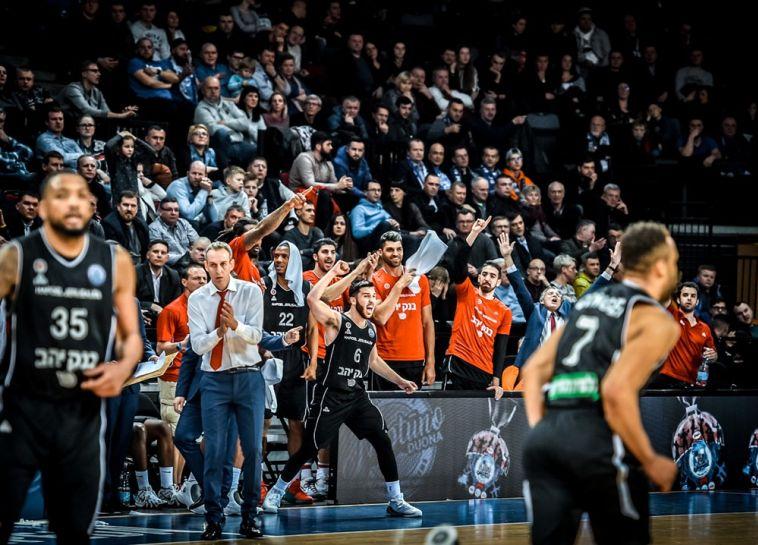 תמיר בלאט מטריף את חבריו. משחק לא גדול של ירושלים, אבל תוצאה יפה (FIBA)