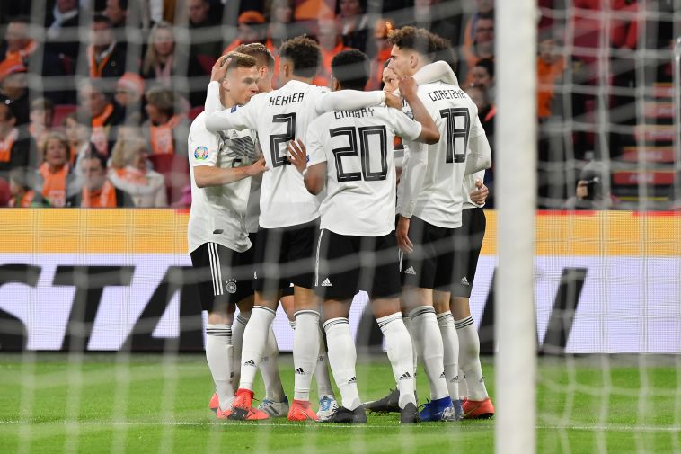 שחקני נבחרת גרמניה חוגגים. ניצחון שלא הגיע להם, אבל הם יקחו אותו בשתי ידיים (AFP)
