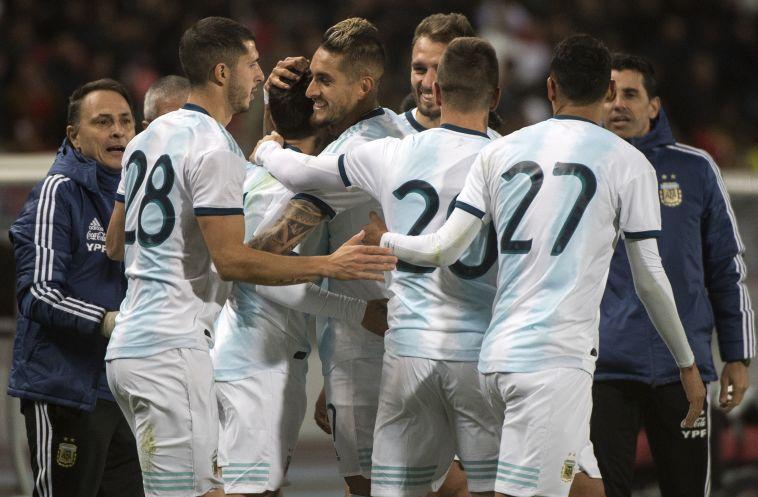 שחקני נבחרת ארגנטינה ינסו לא להשאיר את מסי לבד פעם נוספת (AFP)