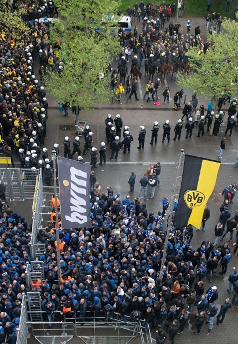 אוהדי שאלקה מחוץ לאצטדיון. איך תגיב ההתאחדות הגרמנית? (Gettyimages)