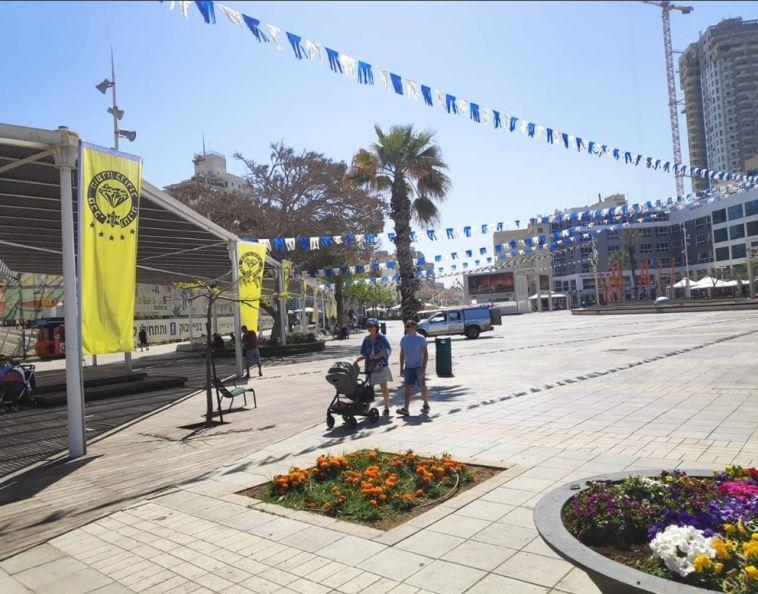 דגלים בכיכר. כל העיר ערוכה (צילום: תומר חבז)