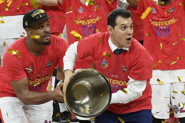 נשאר באדום. איטודיס מניף עוד גביע (AFP)