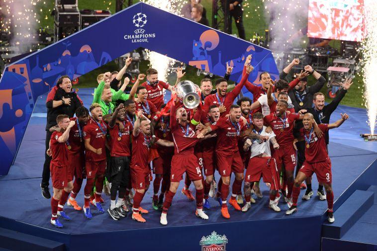 שחקני ליברפול מניפים את הגביע בעל האוזניים הגדולות. סיימו את העונה הרבה אחרי כולם (AFP)