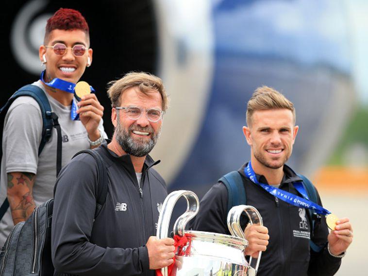 """קלופ עם גביע האלופות. """"זה מאחורינו"""" (AFP)"""