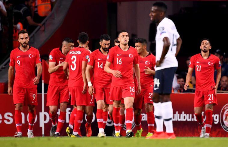 שחקני נבחרת טורקיה חוגגים את הניצחון על צרפת. שינה את התמונה (FRANCK FIFE/AFP/Getty Images)