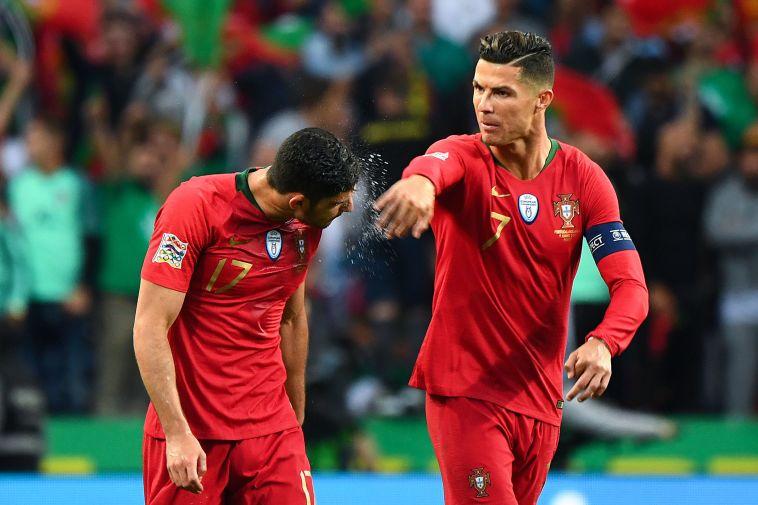 רונאלדו חוגג עם גדש את שער היתרון. (GABRIEL BOUYS/AFP/Getty Images)