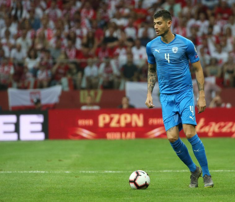 הרגיש בנוח כבלם נגד פולין. ביטון במדי הנבחרת (אודי ציטיאט)