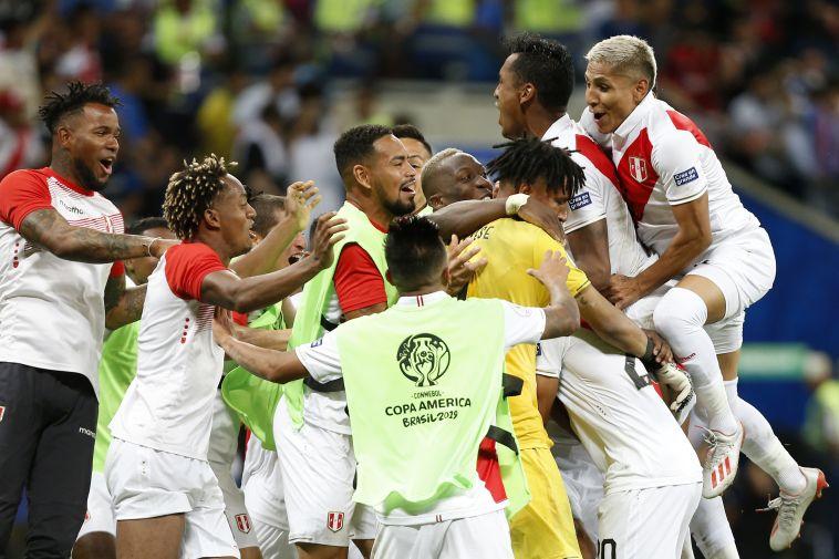 שחקני נבחרת פרו חוגגים העפלה לגמר. הופעה ראשונה מאז 1975 (Wagner Meier/Getty Images)