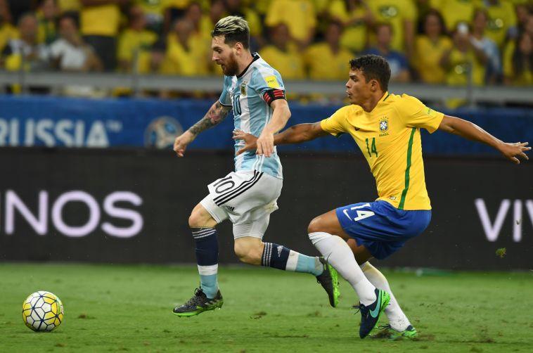 """מסי עובר את טיאגו סילבה. """"בלתי אפשרי לנטרל אותו"""" (VANDERLEI ALMEIDA/AFP/Getty Images)"""