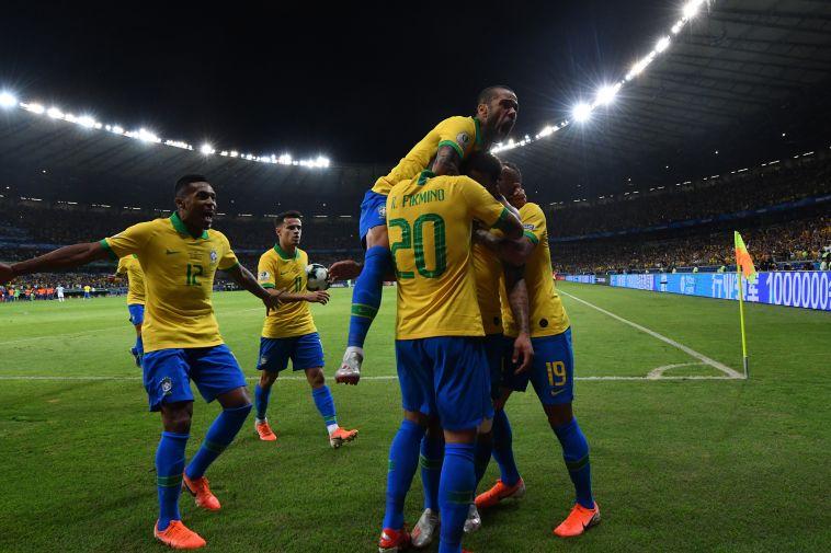 שחקני נבחרת ברזיל חוגגים את ההעפלה לגמר. המאמן יחגוג איתם זכייה? (Pedro Vilela/Getty Images)