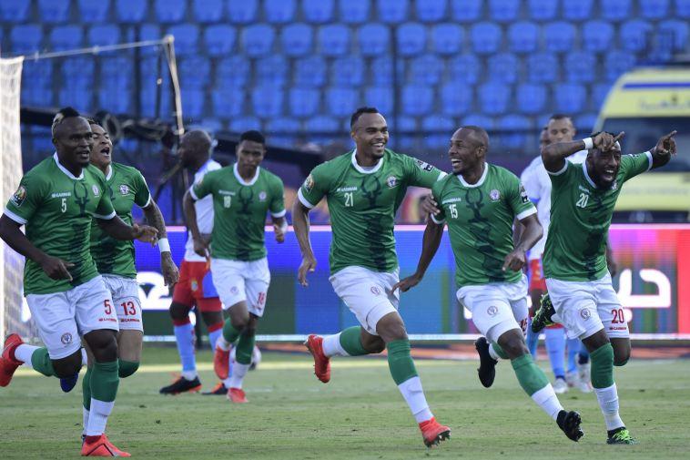 שחקני נבחרת מדגסקר חוגגים. חשבו שהשיגו את שער הניצחון 13 דקות לסיום (JAVIER SORIANO/AFP/Getty Images)