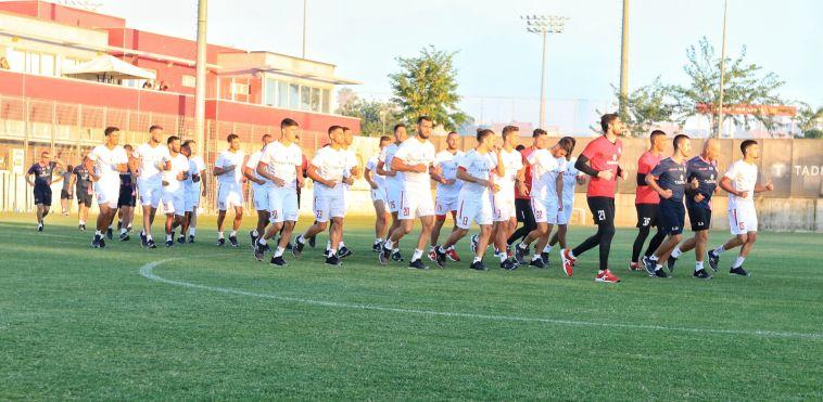 שחקני הקבוצה עולים לכר הדשא (מאיר אבן חיים)
