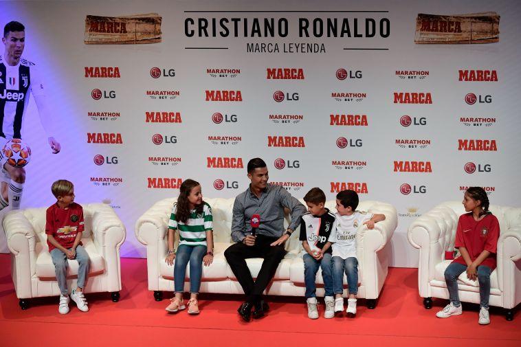 """רונאלדו בראיון עם הילדים. """"הצטערתי לעזוב"""" (JAVIER SORIANO/AFP/GettyImages)"""