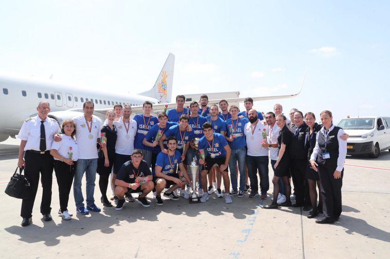 גם הטייסים והדיילות הצטרפו לתמונה. המשלחת הישראלית לאחר הנחיתה. (עודד קרני, איגוד הכדורסל)