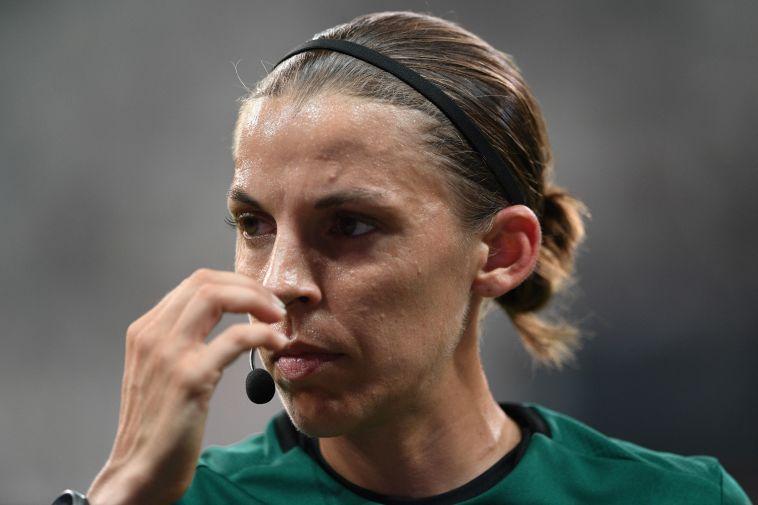 היסטוריה בענף הכדורגל. סטפני פרפאר, שופטת הסופר-קאפ (BULENT KILIC/AFP/Getty Images)