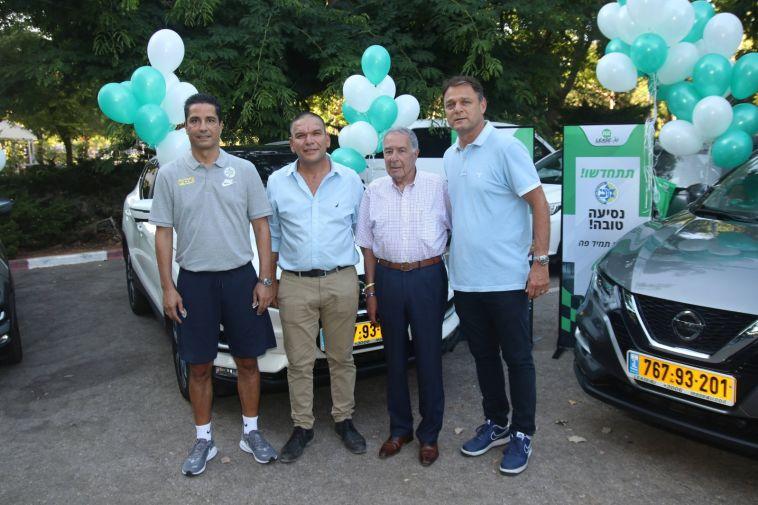 """אלי דריקס עם יו""""ר מכבי ת""""א שמעון מזרחי והמאמן יאניס ספרופולוס. (אור גפן)"""