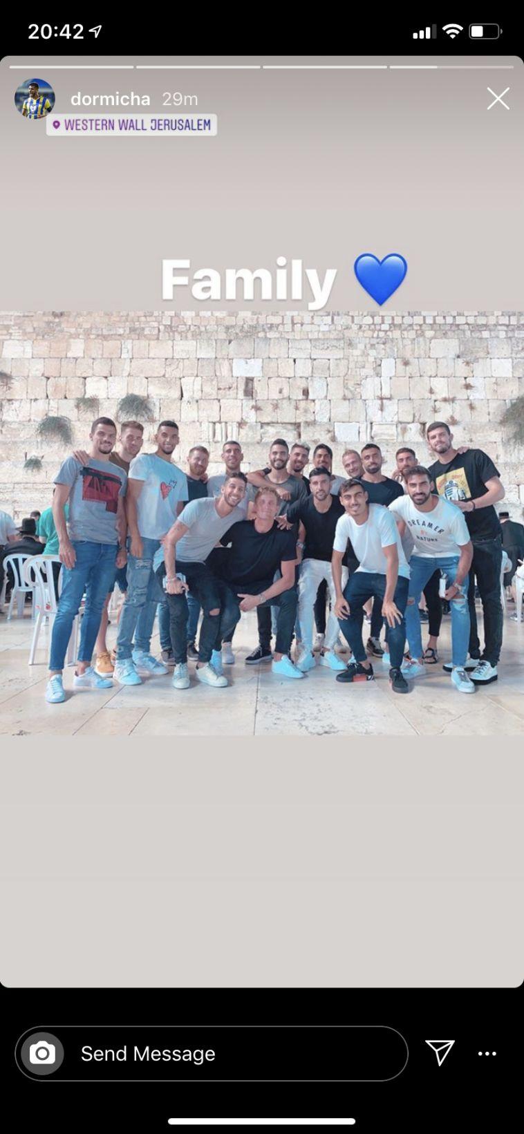 שחקני מכבי תל אביב בביקור בכותל. (אינסטגרם)