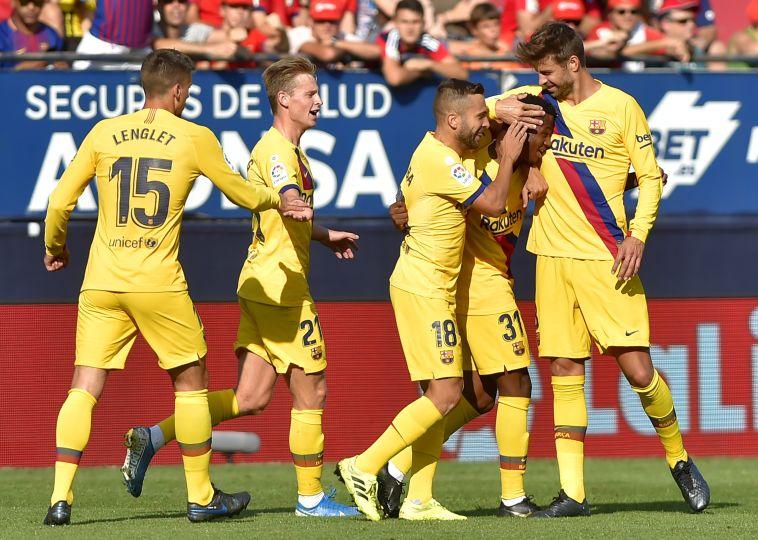 שחקני ברצלונה מברכים את המגן הצעיר. (ANDER GILLENEA/AFP/Getty Images)