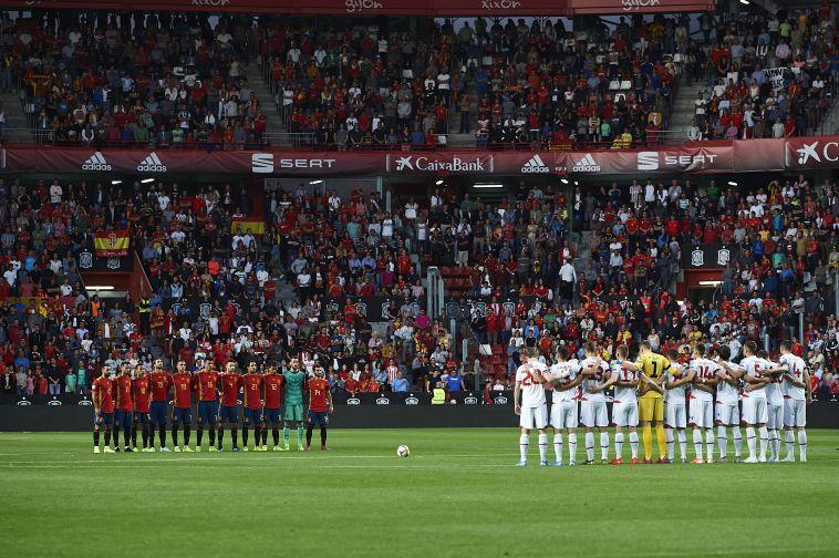 המשחק נפתח בדת דומייה לזכר בתו של לואיס אנריקה. (Juan Manuel Serrano Arce/Getty Images)