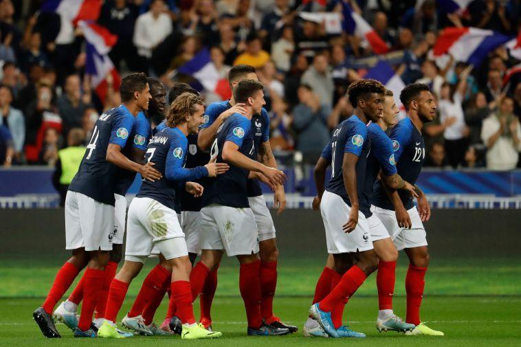 שער בכורה לקלמן לנגלה במדים הכחולים. שחקני נבחרת צרפת חוגגים (THOMAS SAMSON/AFP/Getty Images)
