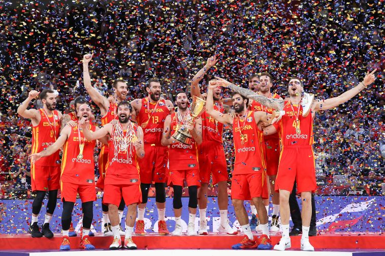 נבחרת ספרד חוגגת עם הגביע (Lintao Zhang/Getty Images)