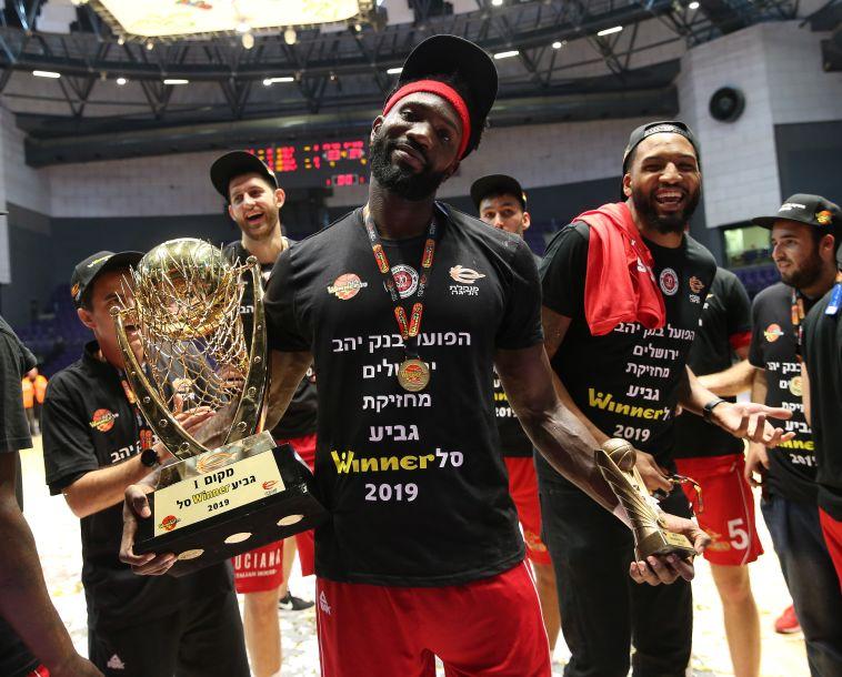 סולימאן בריימו עם הגביע הקבוצתי והגביע האישי (אודי ציטיאט)