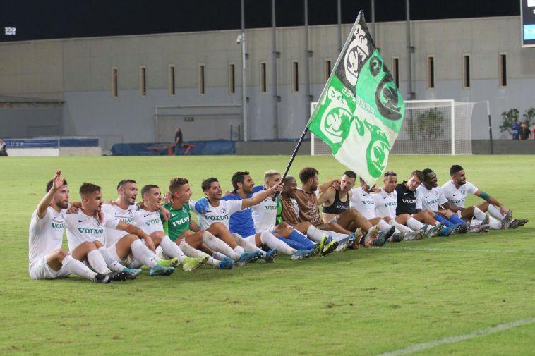 שחקני מכבי חיפה חוגגים עם הקהל הגדול שהגיע (עדי אבישי)