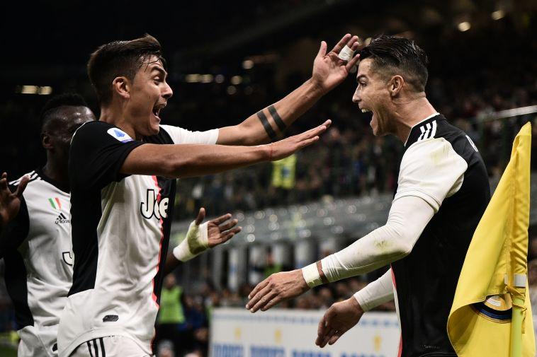 """חוגג עם חבריו לקבוצה. """"אוהב לשחק איתם"""" (Marco BERTORELLO / AFP)"""