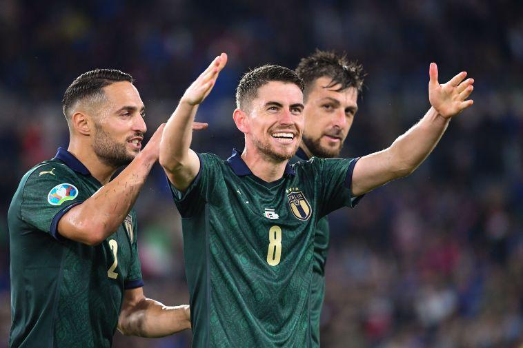שחקני נבחרת איטליה חוגגים. הנבחרת השנייה להבטיח העפלה (ALBERTO PIZZOLI/AFP via Getty Images)