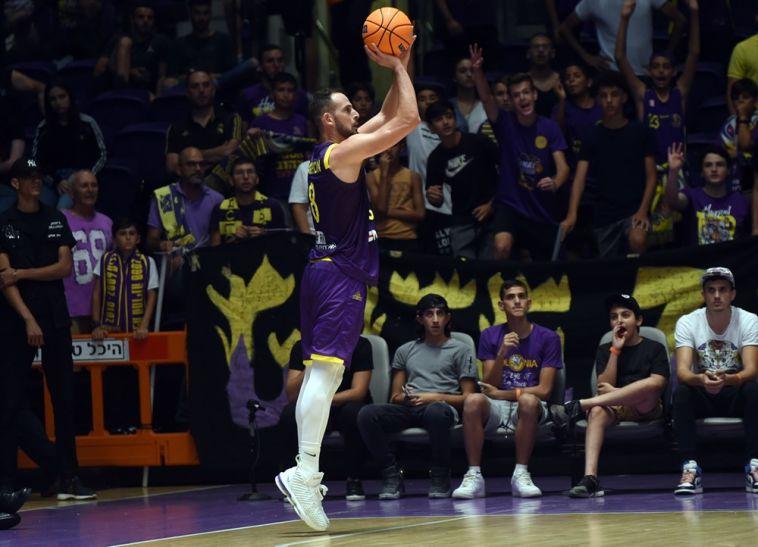 עמית שמחון. ישמור על היד החמה ל-3? (אתר FIBA)