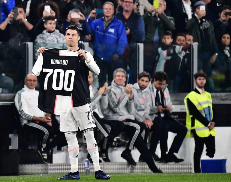 עוד לפני פתיחת המשחק, רונאלדו הציג לאוהדיו את החולצה עם ההישג המרשים (MARCO BERTORELLO/AFP via Getty Images)