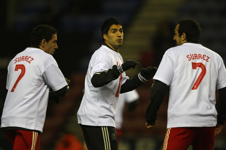 """שחקני ליברפול עם חולצות התמיכה בסוארס. """"לא היינו צריכים לעשות את זה"""" (PAUL ELLIS/AFP/Getty Images)"""