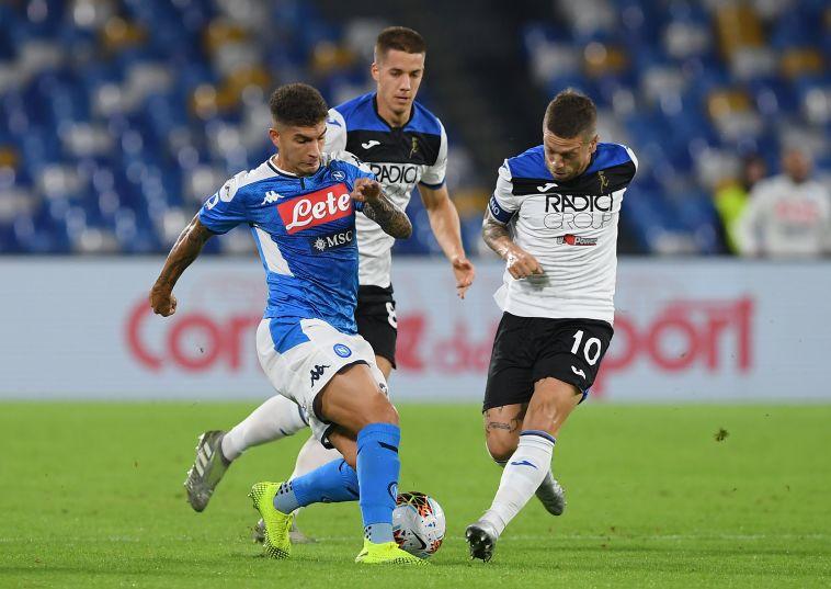אלחנדרו גומז וג'ובאני די לורנצו נאבקים על הכדור ( Francesco Pecoraro/Getty Images)