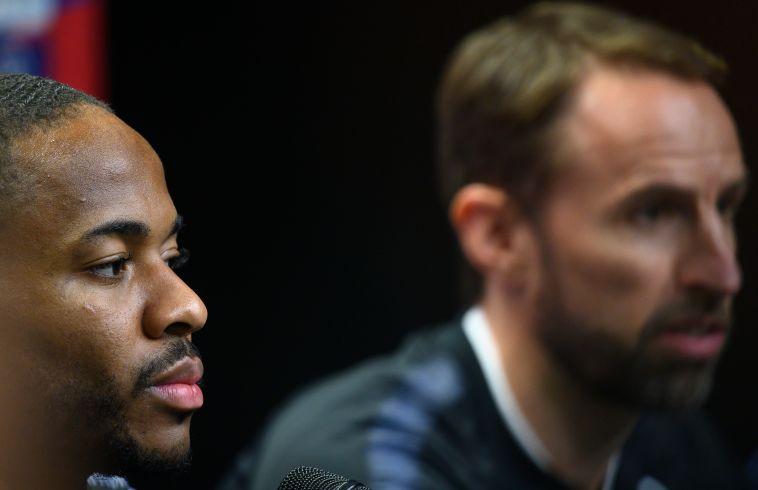 """סטרלינג עם סאות'גייט. """"הוא שחקן חשוב מאוד בשביל הסגל שלנו"""" (JOE KLAMAR/AFP via Getty Images)"""