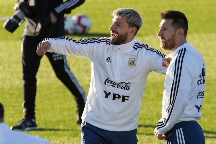 רגילים לחגוג יחד בנבחרת. מסי ואגוארו (JAIME REINA/AFP via Getty Images)