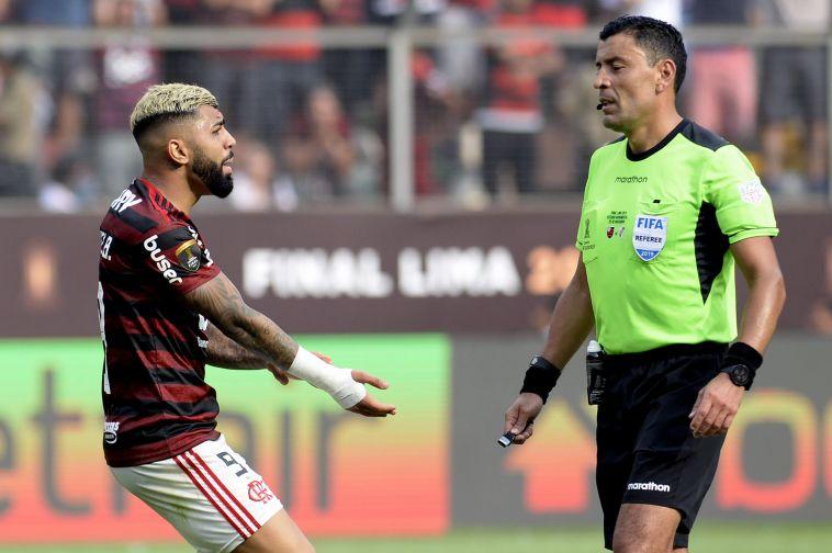 גביגול דורש פנדל מהשופט. שופטי הווידאו קבעו כי לא הגיע לברזילאים כדור עונשין (Daniel Apuy/Getty Images)