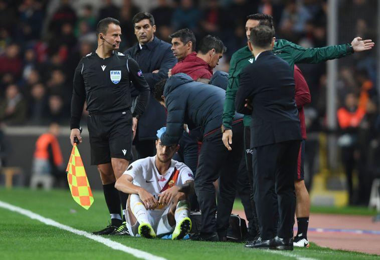 פלגריני מקבל טיפול בראשו מחוץ לתחומי המגרש (OZAN KOSE/AFP via Getty Images)