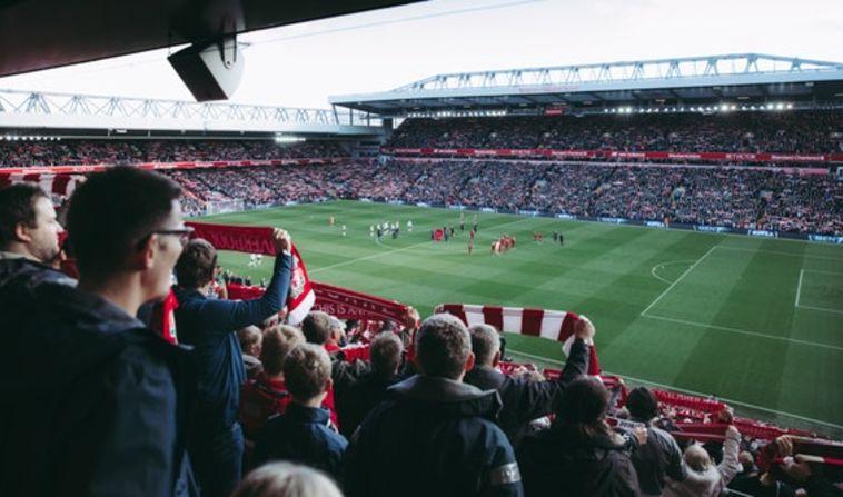 צפייה במשחק כדורגל. צילום: pexels