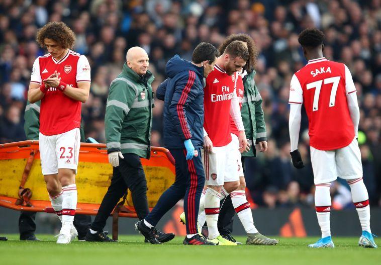 """צ'יימברס הפצוע יורד מהמגרש. """"נעיף מבט בשטח הזה"""" (Julian Finney/Getty Images)"""