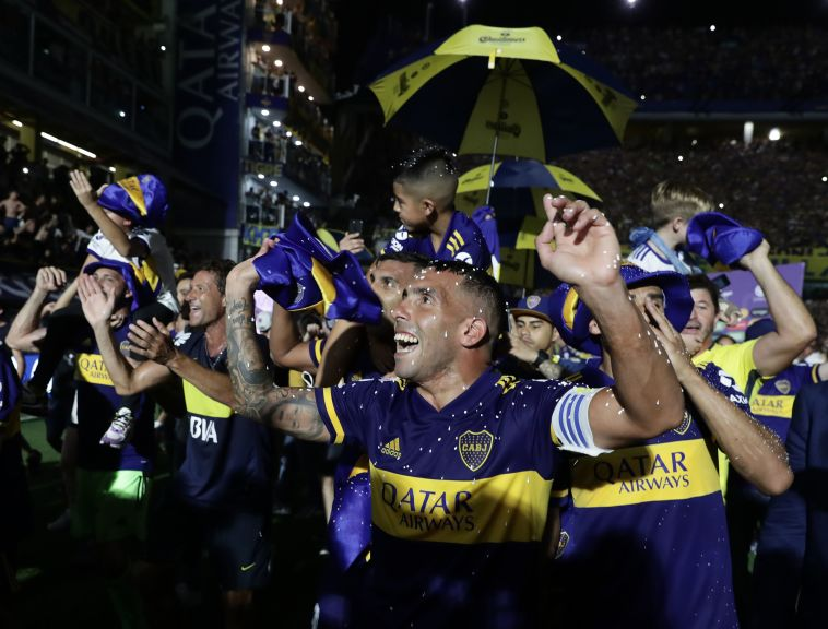 שחקני בוקה חוגגים את האליפות הכי מתוקה (ALEJANDRO PAGNI/AFP via Getty Images)