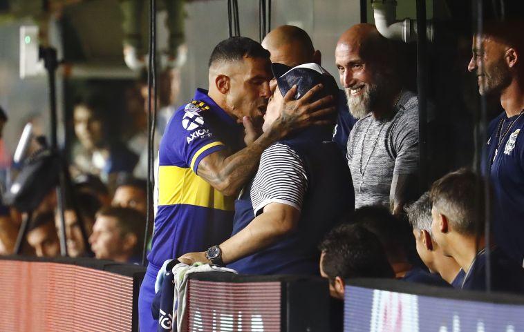 הנשיקה הלוהטת בין טבס למראדונה (Marcos Brindicci/Getty Images)