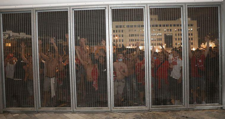מאות אוהדים התקבצו מחוץ לאצטדיון (דני מרון)