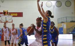 שי דורון מול קריסטל ברדפורד (מגד גוזאני, מנהלת ליגת העל לנשים בכדורסל)