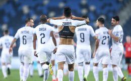 ערן זהבי חוגג עם שחקני נבחרת ישראל